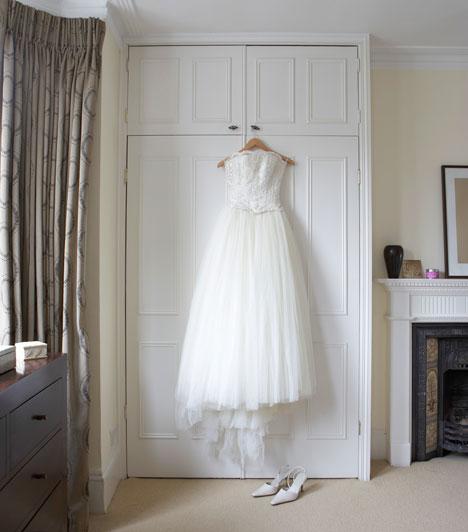 Menyasszonyi ruha  A ruha színe hagyományosan fehér, ami a tisztaság és szűziesség jelképe. Az ókori görög-római hagyományból terjedt el, Európában Viktória királynő hozta újra divatba a 19. században.   Kapcsolódó cikk: Fotókon a világ legdrágább esküvői »
