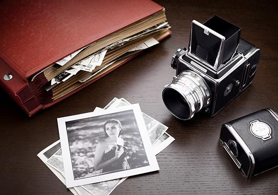 Memóriajáték a saját élményeitek fotóivalHa olyan valakinek szeretnél ajándékot készíteni, aki szeret játszani, akkor a közös emlékeitek fotóival is csinálhatsz memóriajátékot. Csak válogasd ki a fotókat, nyomtass mindegyikből kettőt, és vágasd őket négyszögletű méretre. Vastag karton- vagy falapocskákra ragasztva már kész is a személyes memóriajáték.
