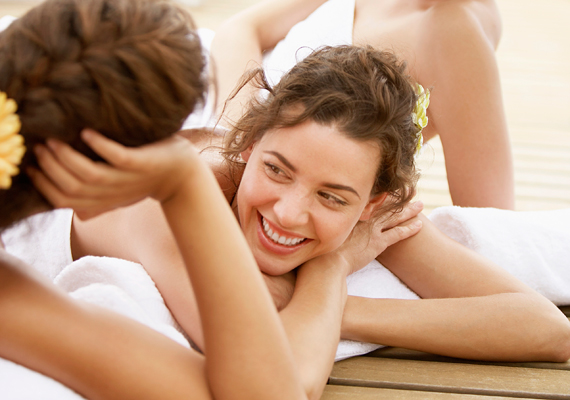 Wellness-fitnesz napijegy: ahhoz, hogy kényeztető pihenést tudj ajándékozni, nem kell feltétlen egy egész hétvégére befizetned a megajándékozottat. A napijegyek már kedvező árakon elérhetőek, és ugyanolyan remek kikapcsolódást nyújtanak.