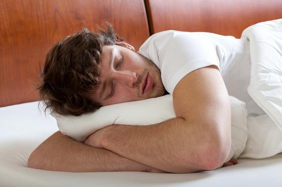 Sokan szeretnek hason aludni. Bár a legtöbben közülük nem ebben a helyzetben alusszák végig az éjszakát, sokaknak ez a legpihentetőbb póz. A hason alvók általában nem szűkölködnek az önbizalomban, és szeretik, ha róluk szól minden. Dominánsnak is mondják ezeket az embereket. A szexben is szeretnek irányítani, és az, hogy maximalisták, a teljesítményükben meglátszik.