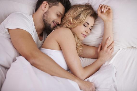 Kis kifli vagy nagy kifli szoktál lenni? Ebben a pózban az egyik fél körbeöleli a másikat a testével. Ilyenkor minden porcikájuk összeér, a fejük búbjától egészen a lábujjukig. Ez az alvópóz a szerelem első időszakára jellemző, az első pár évre, jelezve az intimitás mélységét, és a bizalmat is egyben. Ha a férfi a nagy kifli, azzal azt is kifejezi, hogy ő védelmezi a nőt a kapcsolatban. Ebben a pózban a kölcsönös függés, a folyamatos fizikai és lelki kontaktus jellemzi a párt.