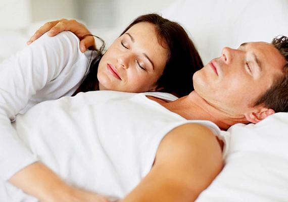 Párod mellkasára teszed a fejed, amikor lefekszetek aludni? Ha ő is átkarol téged, akkor ragaszkodásotok, szerelmetek kölcsönösen erős lehet. Ez az alvópóz arról árulkodik, hogy legszívesebben állandóan ölelkeznétek. Párkapcsolatotok jó úton járhat, és biztos jövő elé nézhet, hiszen szinte összenőttetek.