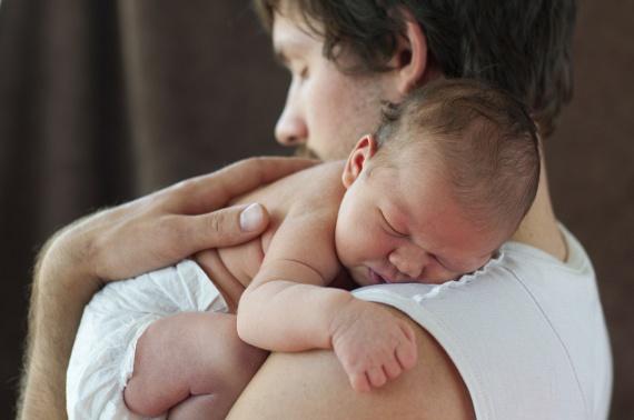 A világon semmi nem érhet a nyomába annak a felemelő érzésnek, amikor látod, ahogy életed két szerelme imádják egymást. Ha csendben nézed, ahogy a férfi meghatottan a kezében tartja az újszülött gyermeketeket, mindketten ragyogni fogtok a boldogságtól.