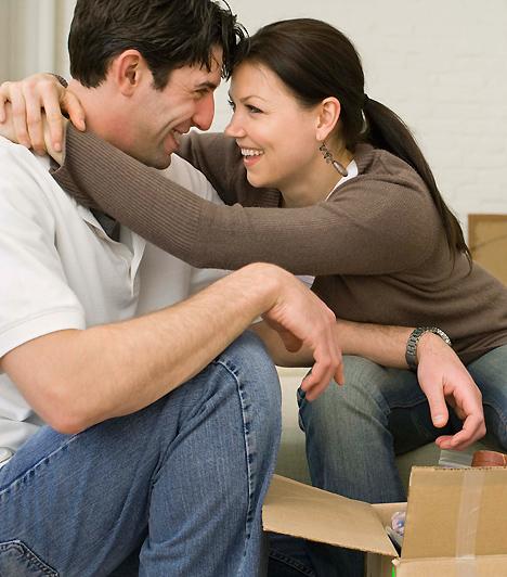 Összeköltözés  Ha szeretnéd elkerülni, hogy a szülők elvárásai vagy éppen túlzott szeretete miatt menjen tönkre a kapcsolatotok, semmiképpen ne döntsetek úgy, hogy valamelyikőtök családjával költöztök össze! Inkább alapozzátok meg a külön kis életeteket, a saját lakásotokban elég messze lesztek hozzá, hogy a beleszólások ne tehessék tönkre a kapcsolatot.