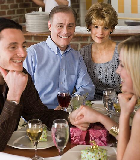 Családi vélemény  Míg a családi rendezvények a jó viszony esetében remekül telhetnek, ha a szüleid vagy édesanyád ellenséges szemmel néz a párodra, az akár komoly feszültséget is teremthet. Ebben az esetben add az anyukád tudtára, hogy akkor számíthat rád a hétvégi ebéd során, ha a társadat is örömmel látja, nem kritizálja és piszkálja.