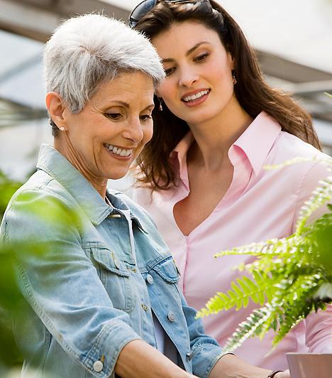 Közös vásárlás  Ha szeretnéd javítani a kapcsolatodat az anyósoddal, jó megoldás lehet egy közös vásárlás. Már önmagában azt is értékelni fogja, ha látja az igyekezetet, hogy segíteni szeretnél neki, de ez a helyzet lehetőséget teremthet arra is, hogy kettesben legyetek. Így elérheted, hogy ne úgy tekintsen rád, mint arra a bizonyos nőre, aki a fiát elhódította.