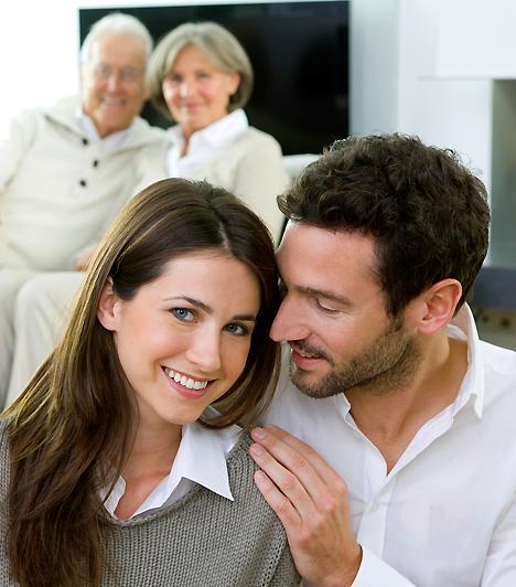 A családi háttér  A komoly párkapcsolat egyúttal azt is jelenti, hogy új családot alapítasz. Ám a régit emiatt még nem szabad magad mögött hagyni - anyukád, apukád és a párod szülei ugyanúgy igényelhetik a rendszeres látogatásokat, mint régebben. Persze, ha nem egy városban élnek a családjaitok, nehéz lehet összehangolni a hétvégéket, de ezt ők is megérthetik. Sőt azt is, ha néha csak ketten szeretnétek lenni, és elmarad egy közös ebéd.