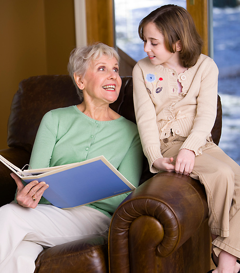 Unoka  Az unoka kegyeiért való versengés egy újfajta anyás problémához vezethet. Amikor ugyanis a család új taggal bővül, a gyerkőc az újdonsült nagyszülők szeme fénye is lesz. Ebből következik, hogy néha kisebb csatákra számíthatsz, ha nem szeretnéd, ha két oldalról is el lenne kényeztetve csemetéd.  Kapcsolódó cikk: 3 dolog, amit az anyósokról mondanak, de semmi alapjuk »
