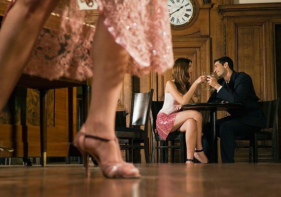 Ha nehezen válik el tőled, illetve, ha véget ért a randi első felvonása, de ő további programot javasol, például azt, hogy menjetek el táncolni, vagy csak sétáljatok egyet.