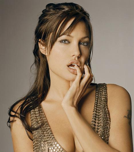 Angelina JolieA vadóc hölgy bizony tudja, mitől döglik a légy, és miért bolondulnak a férfiak. Testét semmilyen formában nem szégyelli: az Eredendő bűn című filmben Antonio Banderast csábítja ellenállhatatlanul, a Beowulfban pedig egy gyönyörű, de veszélyes démont testesít meg meztelenül, animált formában.Kapcsolódó galéria:Angelina Jolie életének állomásai »