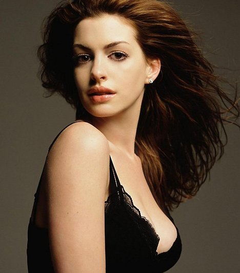 Anne HathawayAz őzikeszemű Anne Hathaway a többi szende színősznőhöz hasonlóan minden erejével próbál megszabadulni a romantikus filmek skatulyájától. Nagy igyekezetében olykor még néhány ruhadarabját is elveszíti, ahogy azt a Havoc című filmben is tette. No azért nem vedlik egyből vadmacskává: csak fokozatosan lehet megválni a trendi naiva szerepétől.