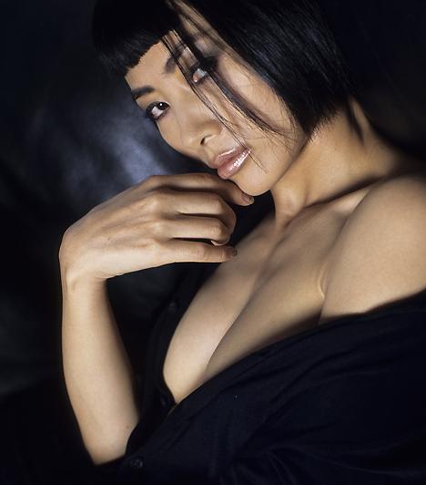 Bai LingBai Ling az a színésznő, aki nem szégyelli mutogatni bájait a siker érdekében, bár ehhez némi tehetség sem ártana. A csinos kínai hölgy bár szerepelt a Play Boyban, különösebben fajsúlyos filmművészeti alkotásban egyelőre még nem tűnt fel.Kapcsolódó cikk:Híres cicivillantások »