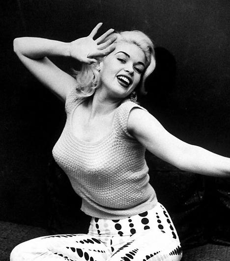 Jane MansfieldA színésznő az elsők között volt, aki Hollywood vaskalapos erkölcsi szabályainak dacára pucéron mutatkozott a vásznon. Nem csoda, hogy a szőkeség büszkén mutogatta magát az 50-es években, hiszen ma is a legnagyobb keblű színésznők között tartják számon.Kapcsolódó cikk:Hollywood legszebb mellei »