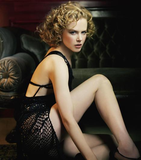 Nicole KidmanA bájos szőke sztármami nem mindig volt szende és szűzies. A Tágra zárt szemek arcpirítóan szexi jeleneteiben egykori férje, Tom Cruise oldalán tűnik fel meztelenül, meglehetősen erotikus helyzetekben. Bár manapság többnyire magas nyakú blúzokba rejti bájait, Nicole Kidman vitathatatlanul a 90-es évek egyik szexikonja.