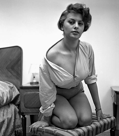 Sophia LorenAz olasz szexikon, a még mindig ellenállhatatlan Sophia Loren az elsők között volt, aki meztelenül mutatkozott a kamerák előtt. 1952-ben Mario Girolami filmjében fedte fel természetes bájait, de később sem riadt vissza az erotikus és szabadszellemű jelenetektől.Kapcsolódó hír:Irigylésre méltóan szexi a 74 éves Sophia Loren »