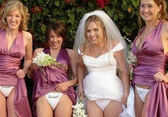 Teljesen érthetetlen, hogy miért van szükség bugyimutogatásra egy esküvői fotón, illetve, hogy ezt a koszorúslányok is bevállalták.