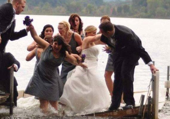 A násznép egy tó partján fotózkodott, de a stégen készült tökéletes csoportkép helyett a vízben kötöttek ki.