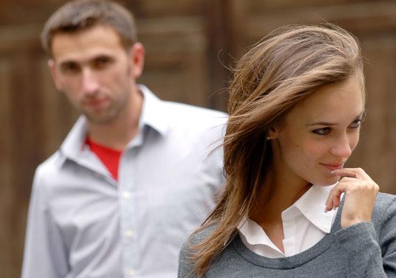 Az első lépés az ismerősség megalapozása. Az emberek jobban kedvelik azt, akit ismerni vélnek, vagy láttak már, ezért egyszerűen sétálj el körülbelül egy méter távolságra a férfitól.