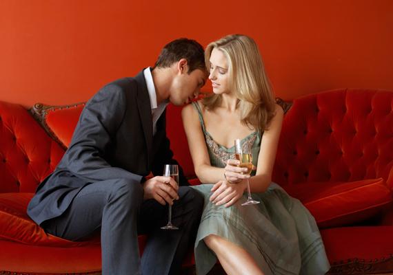 Ha egy randin végre elcsattan az első csók, de a férfi máris áttér más testfelületekre is - leszámítva a kezed -, és ott is csókolgatni kezd, gondolatban már vízszintesben láthat. Lehet ennyire erős köztetek a vonzalom, de ezt értelmezheted vészjósló jelként is.