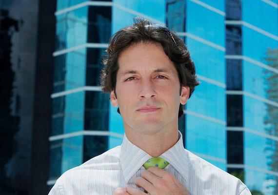 A nyakkendő-igazítás azt súgja, szeretné a legjobb formáját hozni előtted.