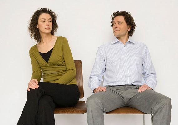 Szintén jelzésnek veheted, ha széttett lábakkal ül.