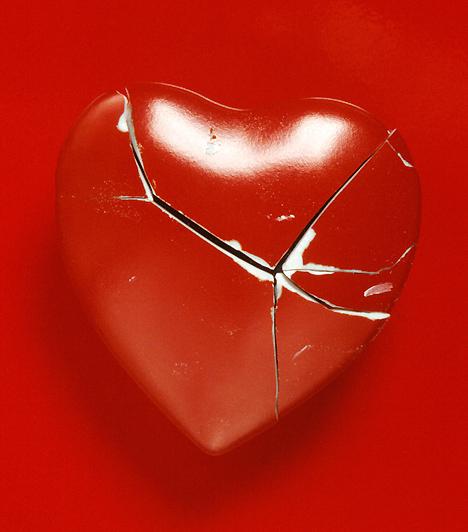 Nem mondja, hogy szeret  Bár nem minden pasi a szavak embere, azért néhányszor a legmorózusabb is kimondja, ha szeret. Amikor azonban már nem érez úgy, ahogy régen, érthető módon a vallomások is elmaradnak. A legbiztosabb jel, ha a te szavaidra sem kapsz választ a férfitól, csak egy zavart, kitérő mondatot.  Kapcsolódó cikk: A pasinak ez többet mond, mint a szó: szeretlek »