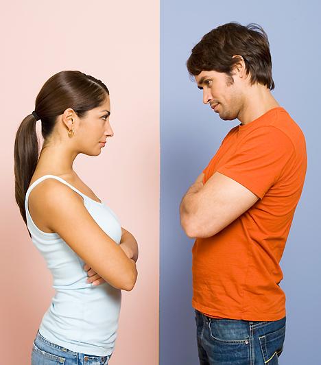 VeszekedésekMinden kapcsolatban akadnak viták, hiszen nincs két ember, aki teljesen összepasszolna. Ahhoz, hogy működjön a szerelem, csiszolódni kell, de ha a veszekedések már nem a kompromisszumról szólnak, csak a dühről, az intő jel lehet. Ha a jelentéktelen apróságok is komoly veszekedésekbe torkollnak, valószínűleg azért lehet, mert már nem lángol köztetek a szerelem.