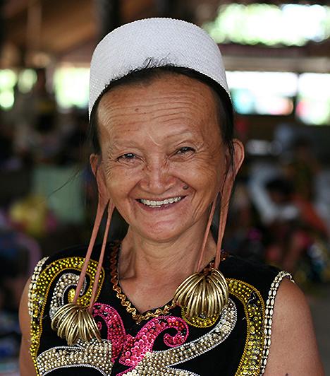 Hosszú fülcimpákA daják asszonyok között a legfőbb szépségjegynek a hosszú fülcimpák számítanak. Éveken keresztül egyre nagyobb karikákkal tágítják a cimpákat, hogy végül súlyos függőkkel aggathassák tele.Kapcsolódó cikk:Nemi erőszak, rablás és csonkítás - 3 döbbenetes szokás »