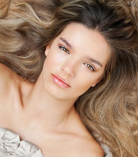 Hosszú haj  A férfiak női hajkorona iránti rajongása gyakran meglepő méreteket ölt. Úgy tűnik, a hosszú hajat részesítik előnyben, bár az ápoltság még ennél is fontosabb. A csillogó, dús női haj azt sugallja a férfi számára, hogy kiszemeltje kirobbanó egészségnek örvend.
