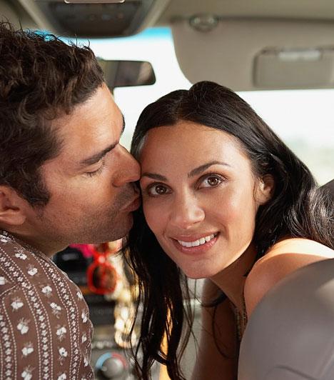 Hasonlóság  Ha hasonlítasz a férfira, vonzóbb vagy a szemében - állítják a szakértők, és mindenekelőtt a gének hasonlóságára gondolnak. A kutatások szerint a hasonló genetikai állománnyal rendelkező párok boldogabb házasságban élnek, az ismerősség pedig hamar bizalmat ébreszt mindkét félben.  Kapcsolódó cikk: Ezekkel a nőkkel nem szívesen randizik a férfi »