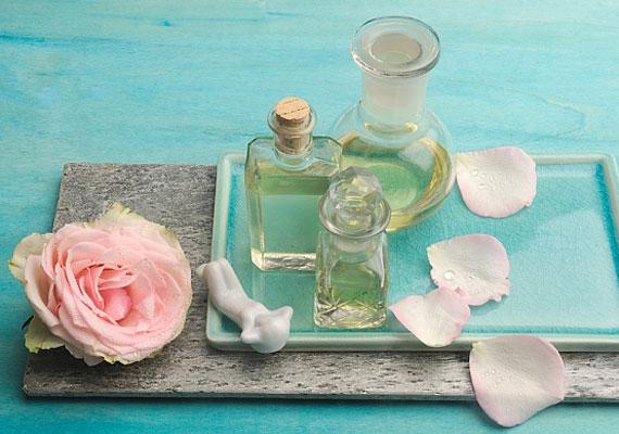 A rózsaolajat is érdemes meggondolnod. A benne gyakran előforduló alkohol vérnyomáscsökkentő, ami nem mindig kedvez a vágynak.