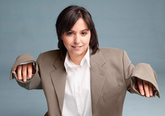 A másik póluson az a nő van, aki szívesen viseli a nadrágot - főleg azért, mert nem bízik a férfinemben, és általános lesújtó véleményének hangot is ad.