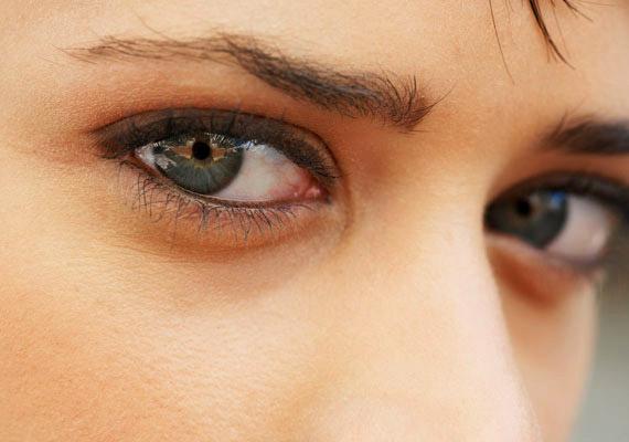 Bátoríthatja vagy elbizonytalaníthatja a másikat, hogy a szemébe nézel, illetve félénken lesütöd a szemed.
