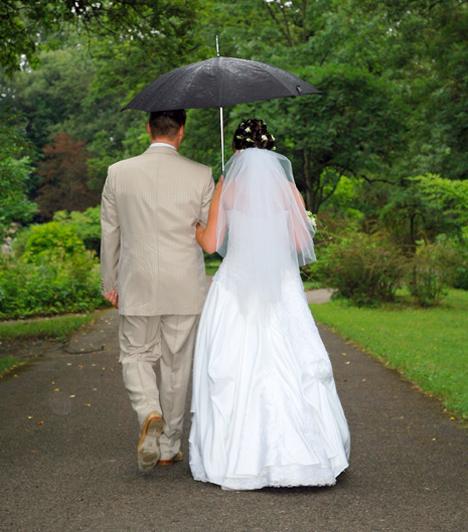 Ess eső, ess!  A legtöbb ifjúpár legnagyobb kívánsága, hogy az esküvőjük napján verőfényes napsütés legyen, ám a Hindu tradíciók szerint, ha a házasságkötés napján elered az eső, az óriási szerencsét és bőséget jelent az ifjú pár közös életére nézve.