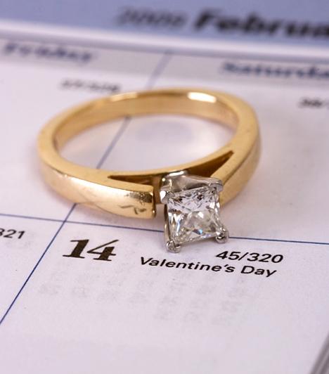 Szerencsétlen szombat  Az angol hagyományok szerint szombaton férjhez menni nagy szerencsétlenséget jelent, ami azért érdekes, mert a legtöbb esküvőt erre a napra tűzik ki. A babona szerint a szerda a tökéletes időpont a házasságkötésre, míg a hétfői napon házasodók nem szenvednek majd hiányt anyagiakban. Sőt, állítólag a csütörtökön kimondott igenek egészséget hoznak az ifjú pár számára.