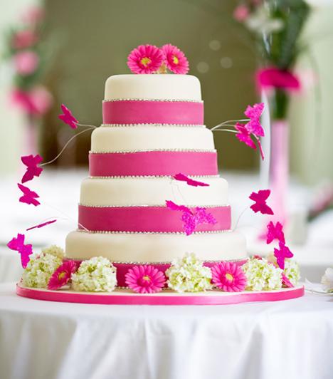 Az esküvői torta  Az esküvői torta hagyománya az ókori római időkből származik, bár ekkor még csak kenyeret törtek az ara feje felett, hogy minél termékenyebb legyen. Manapság azonban úgy tartják, ha a friss házasok megetetik egymást egy kis édességgel - amit közösen vágtak fel -, azzal megédesítik a házaséletüket.