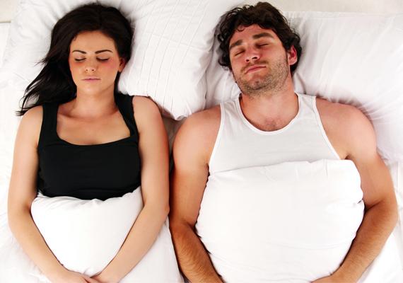 Ha viszont úgy fekszetek háton, hogy meg sem érintitek egymást, az sajnos arról árulkodhat, hogy kapcsolatotokban már nem olyan nagy a szenvedély, mint korábban. Csempésszetek egy kis romantikát a hétköznapok szürkeségébe, és meglátjátok, tudatos odafigyeléssel még orvosolható a helyzet.