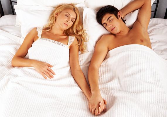 Ha mindketten háton fekszetek, miközben megfogjátok egymás kezét, érzelmeitek rendkívül szilárd lábakon állhatnak. Nagyon fontos számotokra a bizalom, ragaszkodásotokat pedig ezzel a sokat mondó testi kontaktussal fejezitek ki. Kapcsolatotok a továbbiakban is kiegyensúlyozott lehet, így hosszú, boldog évek várhatnak rátok.