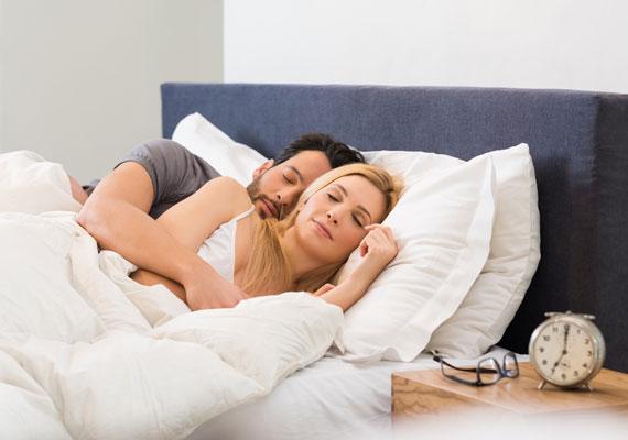 A klasszikus kiskifli-nagykifli leginkább a friss szerelmesekre jellemző, de természetesen a későbbiek során is kedvelt póz lehet. A boldog párkapcsolatban élők helyezkednek így, aggodalomra tehát semmi okotok a jövőre nézve.