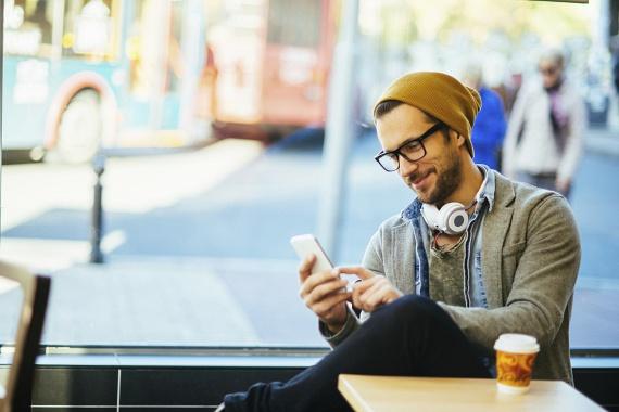 Nem néz rád, folyton a telefonját bújja, tekintetével elfordul tőled, vagy keres valamit? Sajnos ez már nem a gátlásosság jele, inkább úgy tűnik, hogy más dolgok jobban foglalkoztatják nálad. Lehet, hogy nem tetszel neki igazán, vagy egyszerűen beképzelt. Ha mégsem egyértelműen az udvariatlanság miatt teszi ezt, adhatsz neki egy esélyt, hátha csak így próbálja leplezni, hogy éppen aggasztja valami: ebben az esetben küldj felé nyilvánvaló jeleket arról, hogy zavar, amit csinál!