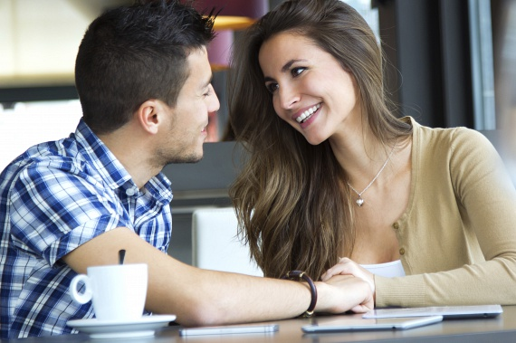 Ha a férfi melletted ül vagy áll, de a felsőtestével teljesen feléd fordul, sokszor felveszi veled a szemkontaktust, akkor őszintén érdekli őt a mondanivalód, és nem akar semmiről sem lemaradni. Szeretne ugyanis minél jobban megismerni téged, ez pedig igencsak biztató előjel egy randin.