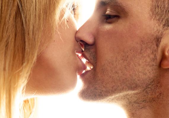 A játékosan harapdáló, nyelvével és ajkával kreatívan kalandozó férfi nemcsak szerelmét, de szeretőjét és egyben huncut játszópajtását is láthatja benned. Köztetek bizonyára tombol a kémia, és az is feltételezhető, hogy a pasi szeret, miután majd' felfal téged csókolózás közben.
