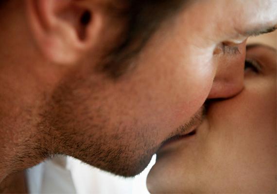 Kinyitja a szemét, miközben megcsókol? Ez két dolgot is jelenthet. Ha közben másfelé figyel, az sajnos arra utal, hogy érzelmei már nem a régiek. Akkor azonban, ha közvetlen közelről nézi az arcod és a szemed csókolózás közben, valószínűleg menthetetlenül beléd szeretett.