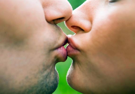 Szájra adott puszival csókol meg? Feltételezhetően régebb óta lehettek együtt, és a szenvedélyes csókcsaták már elmaradoznak. Érdemes lenne visszatérnetek rá, ugyanis a csókolózás közelebb hozna titeket, és előjáték közben sem lenne haszontalan. Mindenesetre ne ijedj meg, párod bizonyára szeret, csak a tüzet kellene kicsit felszítani.