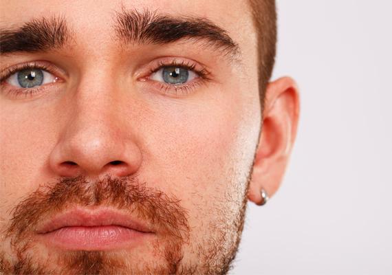 Fülbevaló                         A fülbevalót viselő férfi két típus lehet. Ha karikát hord, benne ragadhatott tinikora vagánysága. Talán sohasem nőtt fel igazán. Kicsit rosszfiús lehet, párként nem problémamentes. Nehezen kötheti le magát egy hosszú távú kapcsolatban. Ha a fülbevaló egy kis strasszos pötty, a férfiban enyhe narcisztikus hajlam lehet. Kicsit sokat foglalkozhat önmagával, külsejével. Folyamatos elismerésre, sikerre vágyhat, ezért előfordulhat, hogy nem túl hűséges.