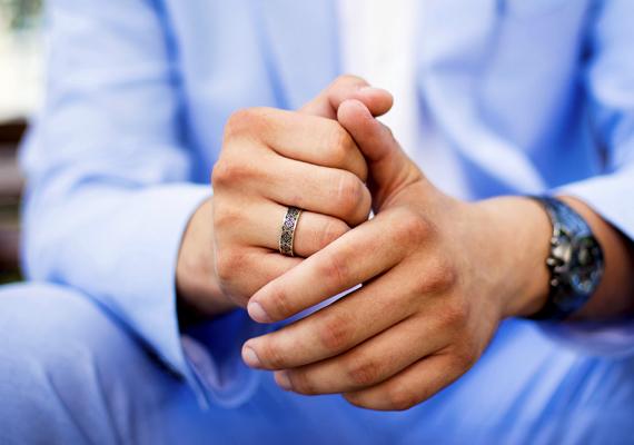 Divatos gyűrű                         Ha egy szép gyűrű díszíti a férfi ujját, a kezére irányíthatja a figyelmet. A férfi valószínűleg érzelmes, érzékeny típus lehet, talán kissé művészlélek. A szerelemben az elsöprő szenvedélyt keresheti. Állandóan éreznie kell, hogy a tűz lobog. A parázzsal nem elégszik meg, így ő maga is dolgozhat azon, hogy kapcsolata izgalmas és romantikus legyen, de párjától is reméli a hasonló hozzáállást. Máskülönben érdeklődése alábbhagyhat.