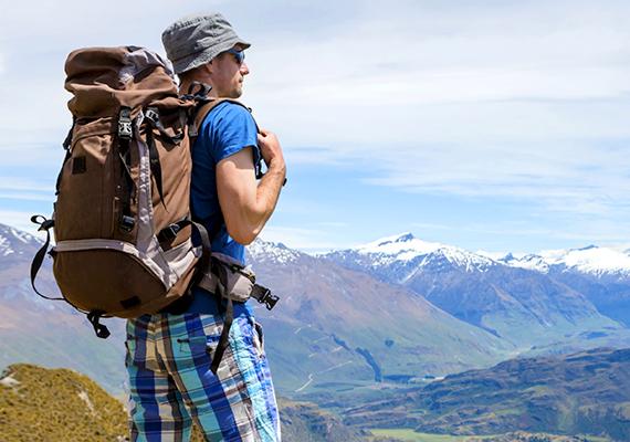 Az utazásokon készült képek arra utalnak, a férfi kíváncsi a világra, nyitott és érdeklődő, mindemellett azonban utalhat egy kis nyughatatlanságra is. Aki sokat jön-megy, az nehezen mélyül el egy párkapcsolatban, hacsak nem talál egy hozzá hasonlóan kalandvágyó, utazni szerető társra.