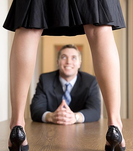 Szex az irodábanMi lenne, ha az irodai asztalt nem éppen rendeletetése szerint használnátok pároddal? Garantáltan nem tiltakozna, hiszen a különleges szexhelyek és fantáziák férfias listáján igen előkelő helyet foglal el a munkahely.Kapcsolódó cikk:4 ok, amiért veszélyes a munkahelyi kapcsolat »