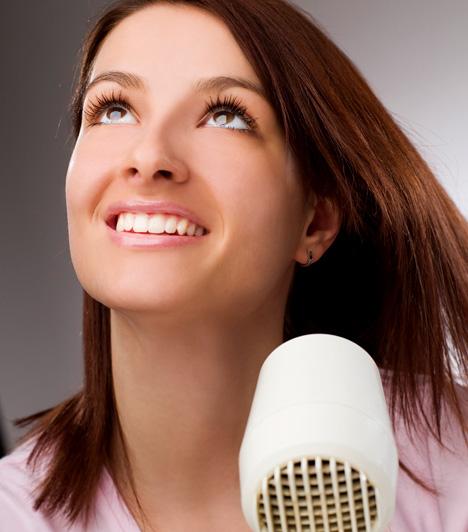 HajszárításAmikor egy nő hajat szárít, főleg igaz ez a félhosszú és hosszú hajúakra, a szárító szele gyönyörűen viszi a haját. Nem véletlen, hogy a fotómodelleket nagy ventillátorok mellett fotózzák. A szélben szálló tincsek nagyon szexi látványt nyújtanak. Amikor hajat mosol, szárítsd a hajad a pasi jelenlétében. Ha így teszel, már a vizes haj látványa is tetszik majd neki, a szárítás közben szálló tincsek és a szobát belengő finom illat pedig végleg feltüzeli.