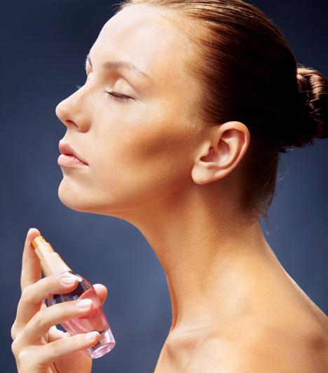 ParfümAkárcsak a smink esetében, a parfümöknél is igaz, hogy a kevesebb több. Ne használj túl sok és túl erős illatút, mert azzal épp az ellenkezőjét éred el annak, amit szerettél volna eredetileg. Érdemes emellett minőségi parfümöt választanod, hogy illatod ne legyen közönséges, illetve az is fontos, hogy olyat válassz, ami illik egyéniségedhez, és saját illatodhoz is passzol. A pézsma vagy ámbra tartalmú parfümök különösen vágykeltőek. Tegyél egy picit a parfümpontokra, a nyakadra, és a csuklódra, de tehetsz akár a hajadra is! Nyert ügyed lesz!